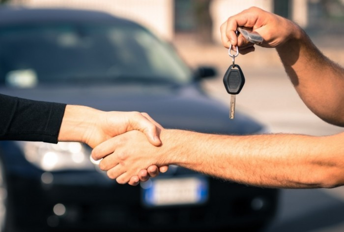 Dollarphotoclub 64255757 e1414473594134 700x471 Рукопожатие с ключами от авто   Shake Hands with the keys to the car