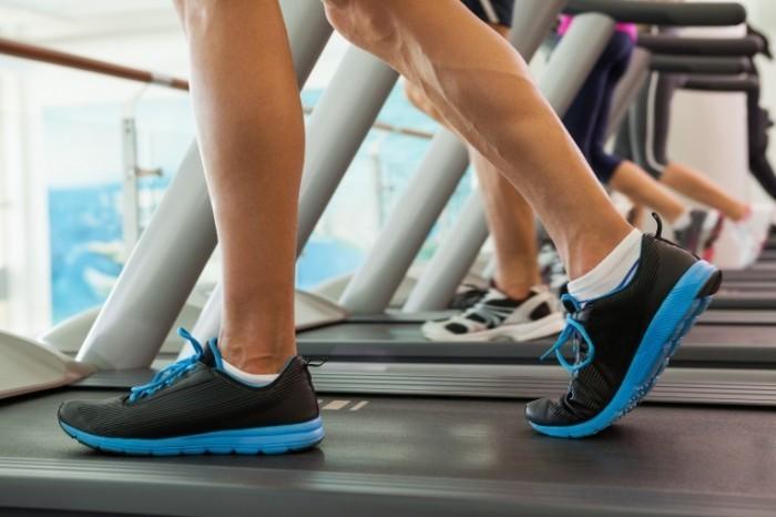 Dollarphotoclub 68520688 700x466 Ноги на беговой дорожке   Feet on the treadmill