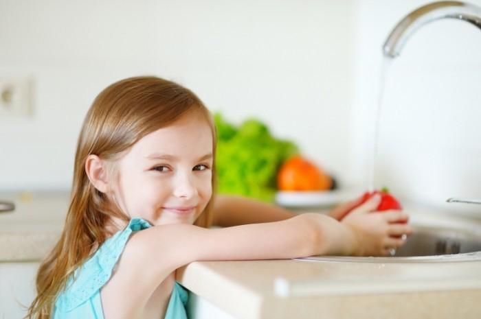 Dollarphotoclub 69113233 700x465 Девочка моет фрукты   Girl washing fruits