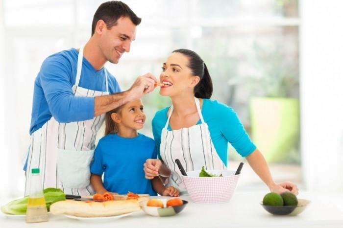 dollarphotoclub 52463546 700x466 Семья на кухне   Family in the kitchen