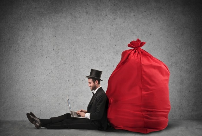 dollarphotoclub 56715356 700x470 Мужчина у красного мешка   Man in a red bag