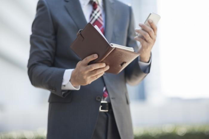 shutterstock 120043450 700x466 Бизнесмен с блокнотом   Businessman with a notebook