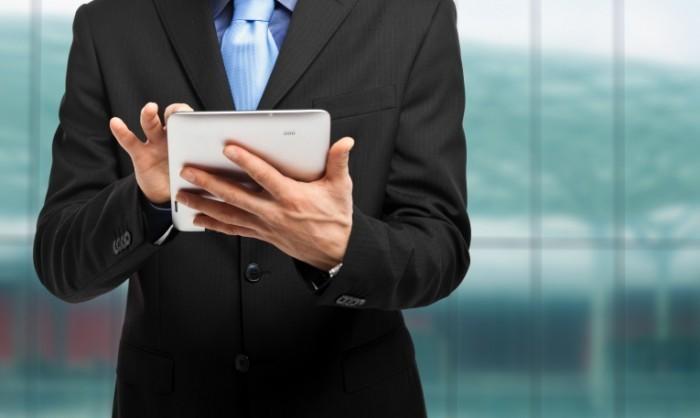 shutterstock 124519027 700x418 Бизнесмен с палншетом   Businessman with tablet
