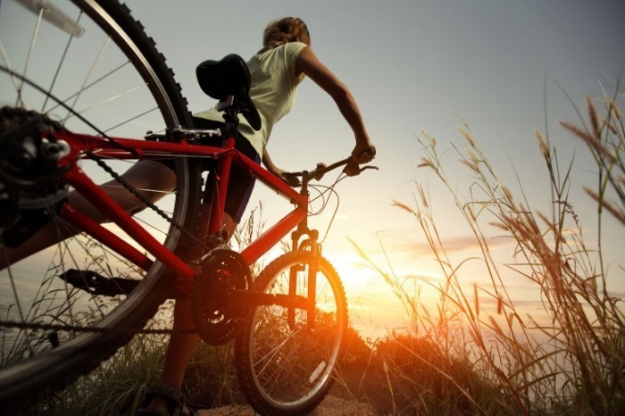 shutterstock 130948919 700x466 Девушка с велосипедом   Girl with bicycle