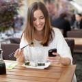 Девушка с суши и айфоном - Girl with sushi and iPhones
