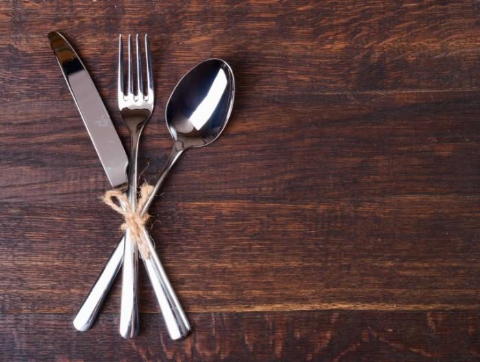66082123 whitestorm table setting restaurant 700x528 Столовые приборы   Сutlery