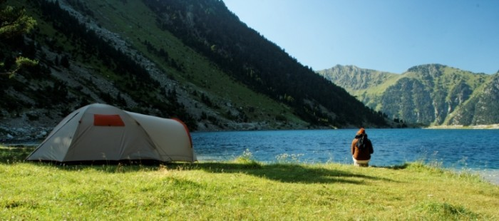 Dollarphotoclub 16044928 700x310 Палатка у озера   Tent by the lake