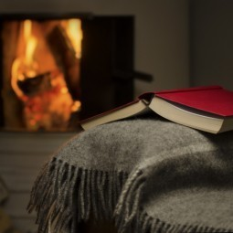 Книга и плед у камина - Book and a blanket by the fire