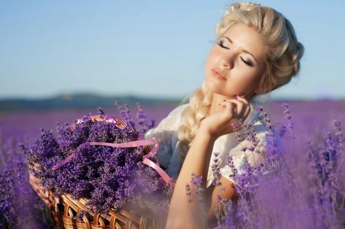 Dollarphotoclub 51271667 700x465 Девушка с сиреневыми цветами   Girl with lilac flowers