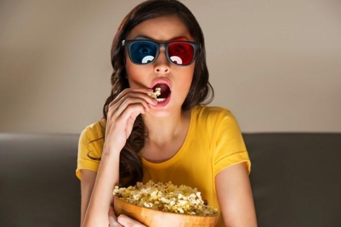 Dollarphotoclub 53266055 700x465 Девушка с попкорном   Girl with popcorn
