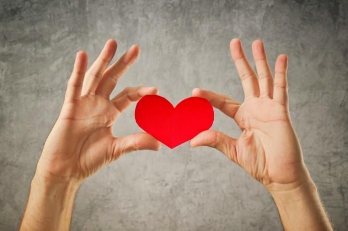 Dollarphotoclub 59798067 700x466 Сердце в руках   Heart in hands