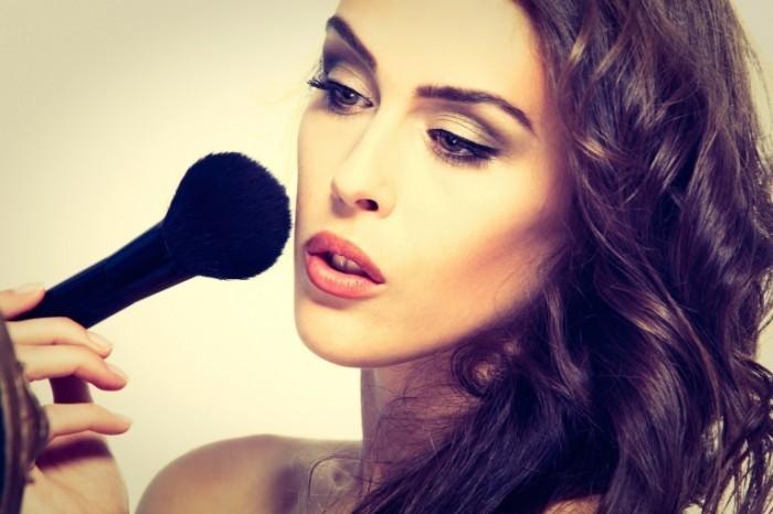 Dollarphotoclub 64350049 700x466 Девушка с кистью для макияжа   Girl with a brush for make up