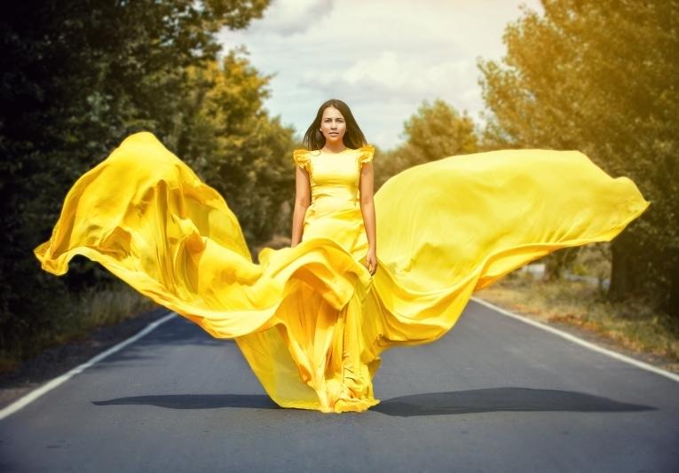 очень красивая девушка в желтом платье - 12