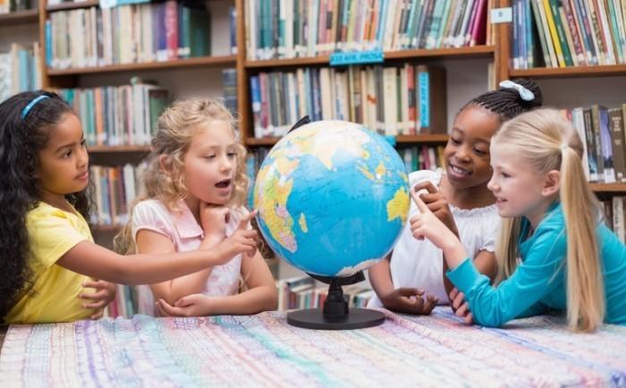 Dollarphotoclub 68677500 700x434 Дети возле глобуса   Children near Globe