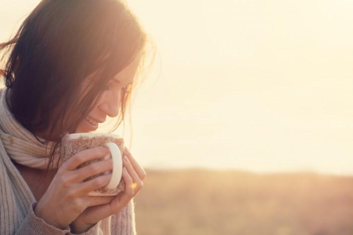 Dollarphotoclub 72130513 700x466 Девушка с чашкой на пляже   Girl with a cup on the beach