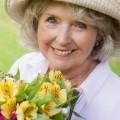 Пожилая женщина с цветами - Mature woman with flowers