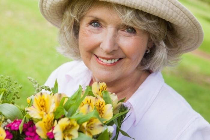 Dollarphotoclub Seniorflowers 700x466 Пожилая женщина с цветами   Mature woman with flowers
