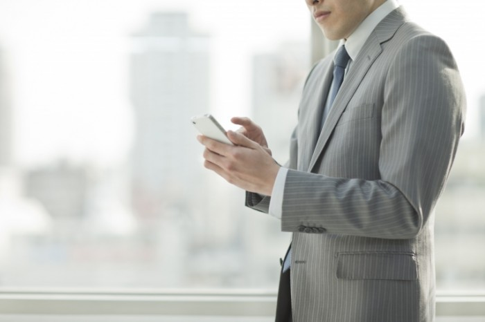 shutterstock 177039305 700x466 Бизнесмен со смартфоном   Businessman with a smartphone