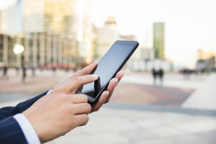 sms firestock 21012015 700x466 Смартфон в руках   Smartphone in hand