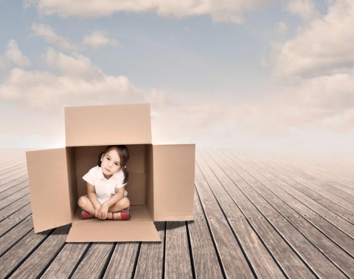 Dollarphotoclub 51432408 700x552 Девочка в коробке   Girl in a box