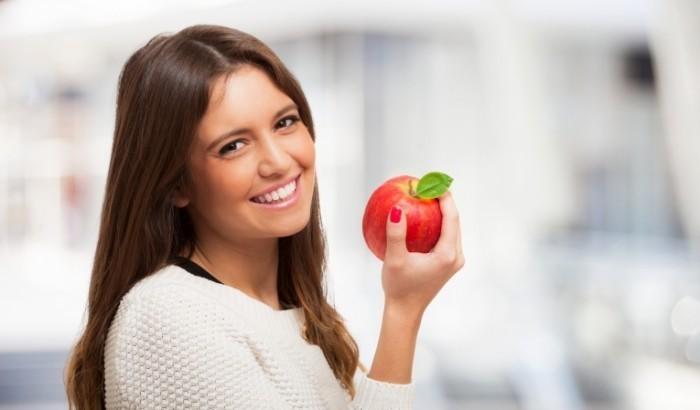 Dollarphotoclub 66950132 700x410 Девушка с яблоком   Girl with apple