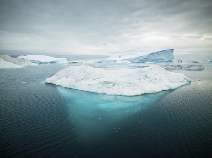 iStock 000014115888XXXLarge 700x524 Айсберг в воде   Iceberg in the water