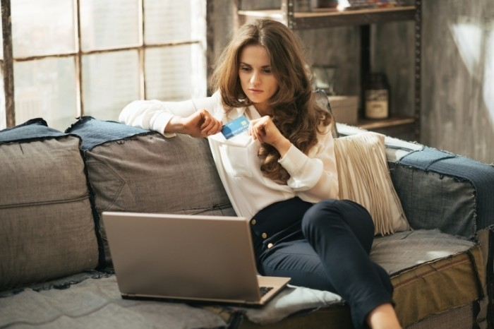 15b0a1f40b65b821 shutterstock 200408048.xxxlarge 2x 700x466 Бизнес леди за ноутбуком   Business lady at a laptop