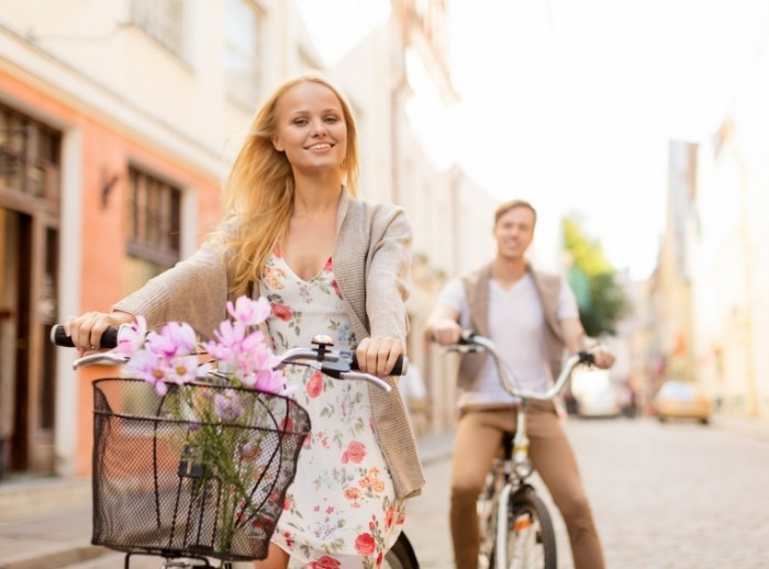 1cf4e48e shutterstock 157659080 700x518 Пара на велосипедах   Couple on bicycles