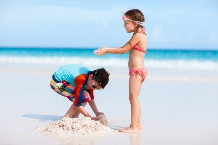 dc2f6040 shutterstock 194991017.xxxlarge 2x 700x465 Дети на пляже   Children on the beach