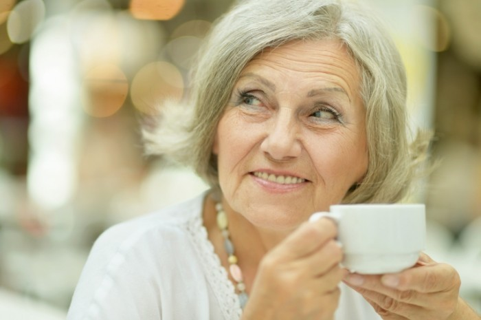 olderwoman coffee 700x465 Пожилая женщина с кофе   Older woman with coffee