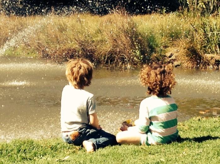 photo 1 1 700x524 Дети у озера   Children at the lake