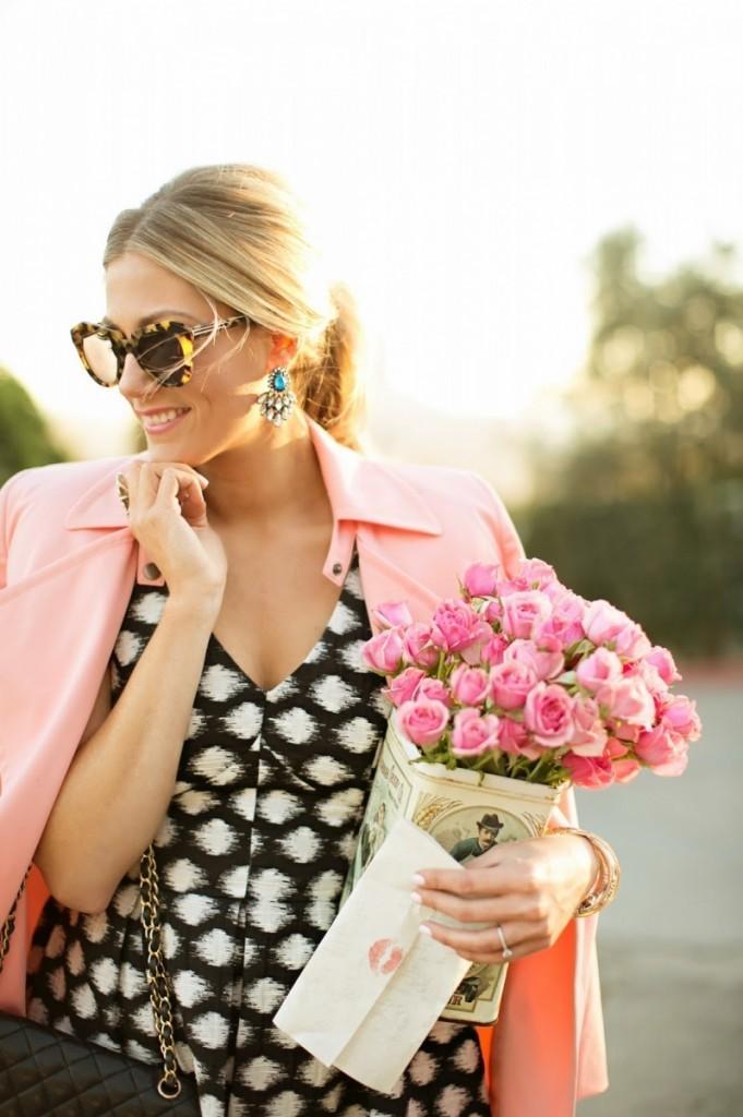 pink roses 681x1024 Женщина с цветами   Woman with flowers
