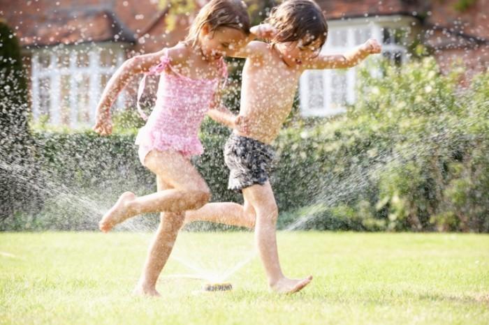 shutterstock 114643561 700x466 Дети в фонтане   Children in the fountain