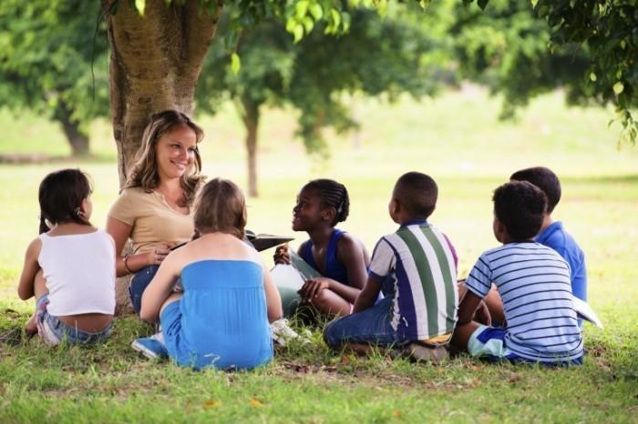 shutterstock 123174823 700x466 Дети с учительницей   Children with teacher