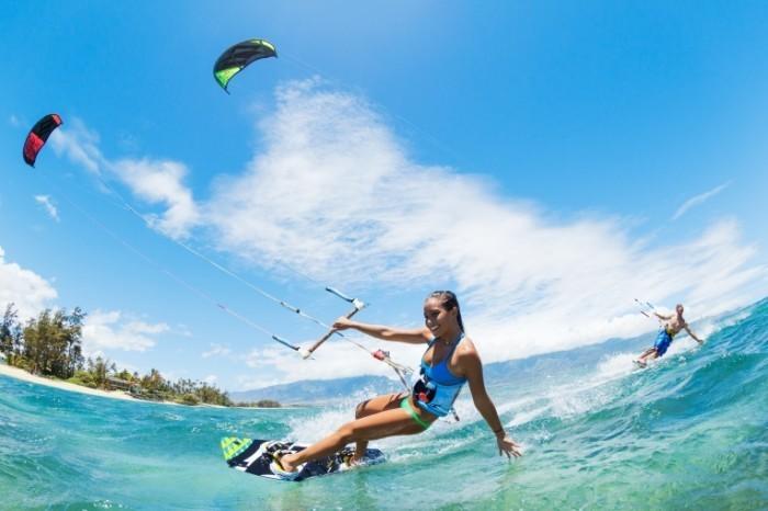 shutterstock 144342580 700x466 Девушка на серфинге   Girl surfing
