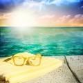 Солнцезащитные очки на берегу - Sunglasses on the shore
