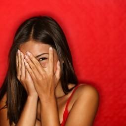 Девушка получи и распишись красном фоне - Girl on a red background