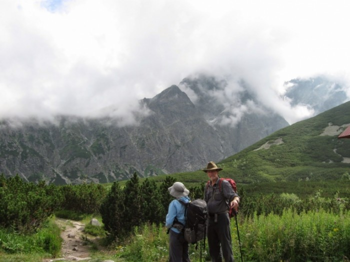 2014 07 31 1516 Glenys and Ray on Magistrala Track 700x524 Пожилая пара в горах   Elderly couple in the mountains
