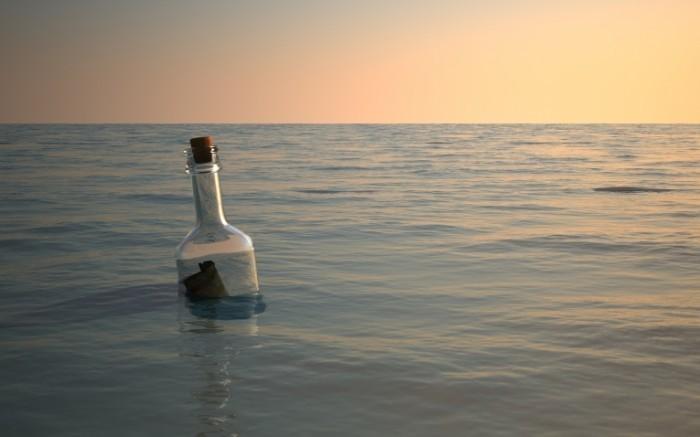25187522 700x437 Бутылка в воде   Bottle of water
