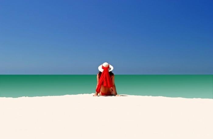 81506ee0 4270 11e4 ae9d 2b505b345092 ES beach relax Fotolia 504192 Subscription L 700x456 Силуэт девушки у моря   Silhouette of a girl near the sea