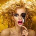 Блондинка с кисточкой для макияжа - Blonde with makeup brush