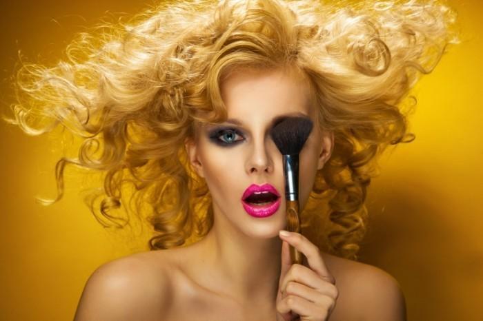 Fotolia 39386339 Subscription Monthly XXL 700x466 Блондинка с кисточкой для макияжа   Blonde with makeup brush