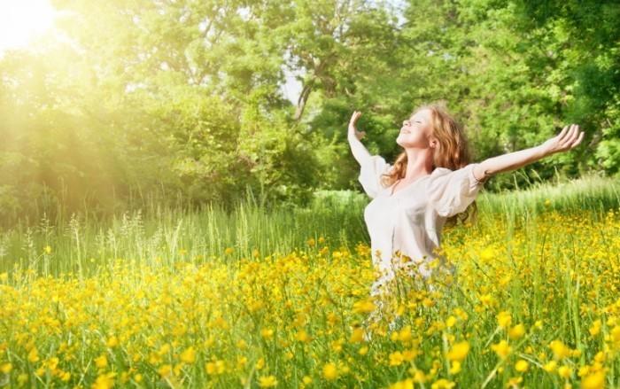Fotolia 42158128 M 700x439 Счастливая девушка в поле   Happy girl in a field