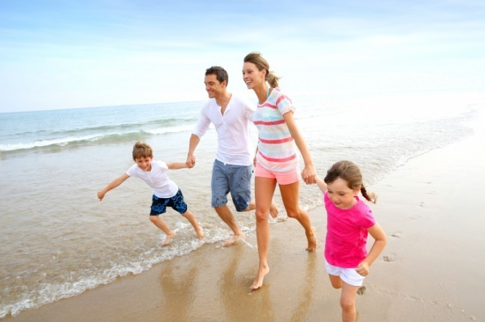 Fotolia 54468407 Subscription Monthly M 700x465 Семья на берегу   Family on shore
