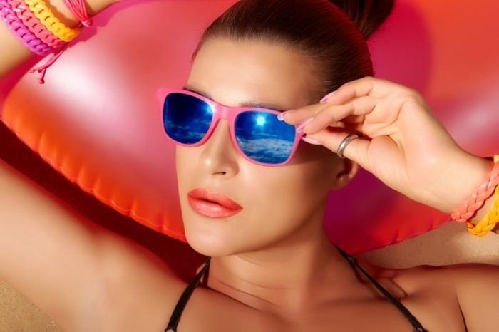 Fotolia 61640117 Subscription Monthly XXL 700x466 Девушка в солнцезащитных очках   Girl in sunglasses