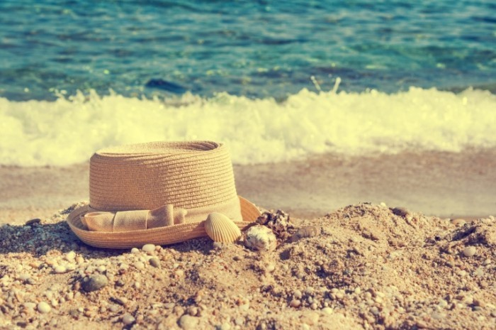 Fotolia 63064921 Subscription Monthly M 700x465 Шляпа на берегу   Hat on the shore