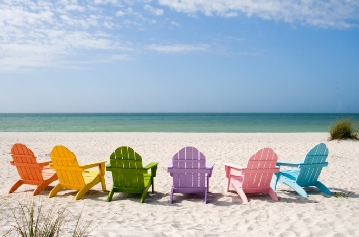 Fotolia 6674908 Subscription XL 700x463 Цветные лежаки на пляже   Colored deck chairs on the beach