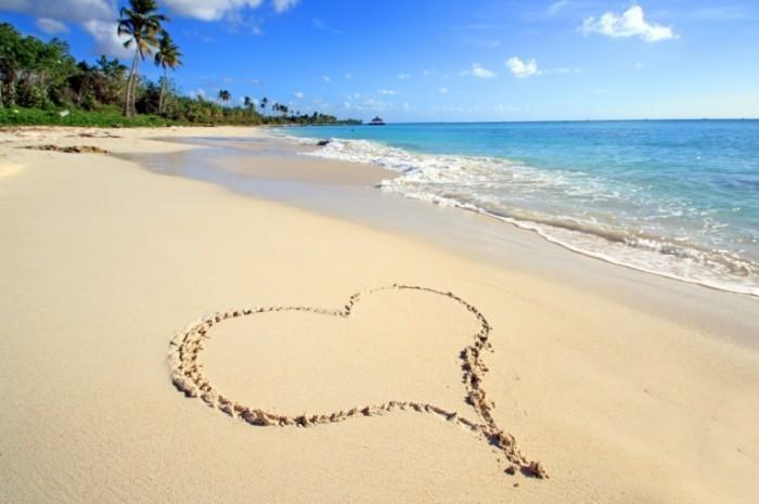 Fotolia 67105647 Subscription Monthly M 700x465 Сердце на песке   Heart on sand
