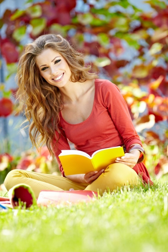 Fotolia Reading 682x1024 Красивая девушка с книгой   Beautiful girl with a book