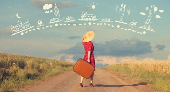 TRAVELING SHUTTERSTOCK IMAGE P1  700x382 Девушка в шляпе с чемоданом   Girl in a hat with a suitcase